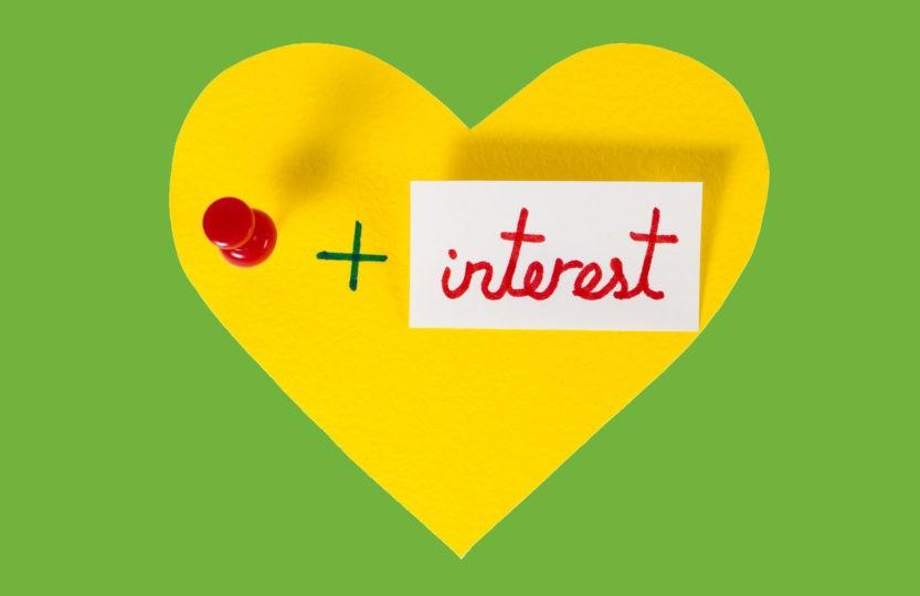 Cœur jaune sur fond vert où est noté I love pin + interest