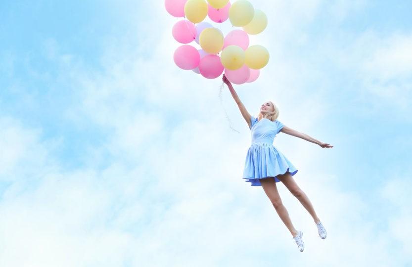 Le crowdfunding, symbolisé par des ballons portant une jeune femme dans les airs